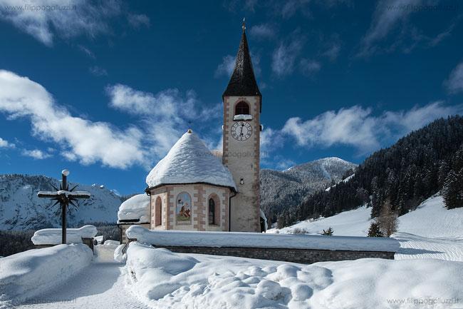 Braies,chiesa, inverno neve